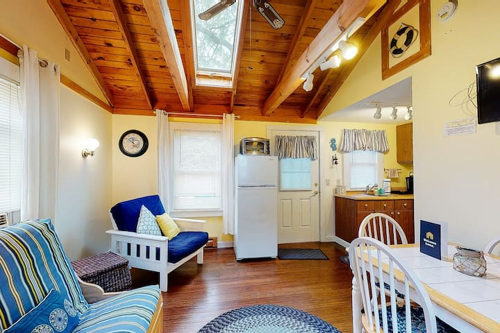 Dog-friendly Kennebunk cottage w/ shared hot tub & pool - close to beach