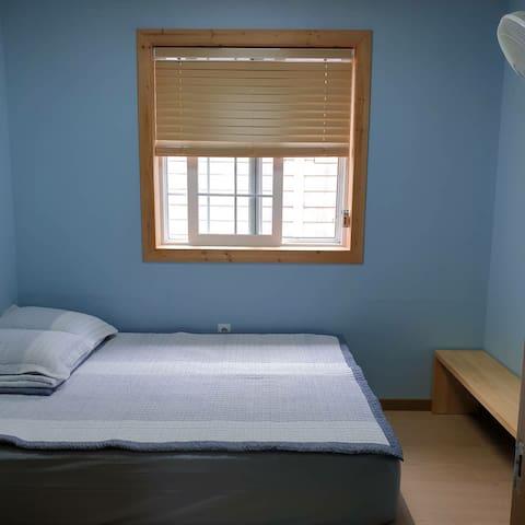 세번째 방 더블 침대 와 요/이불 있음
