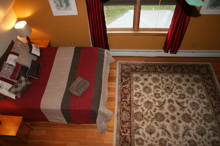 Spacious Room: Comfy & Clean, 1 mile Downtown/UNCA