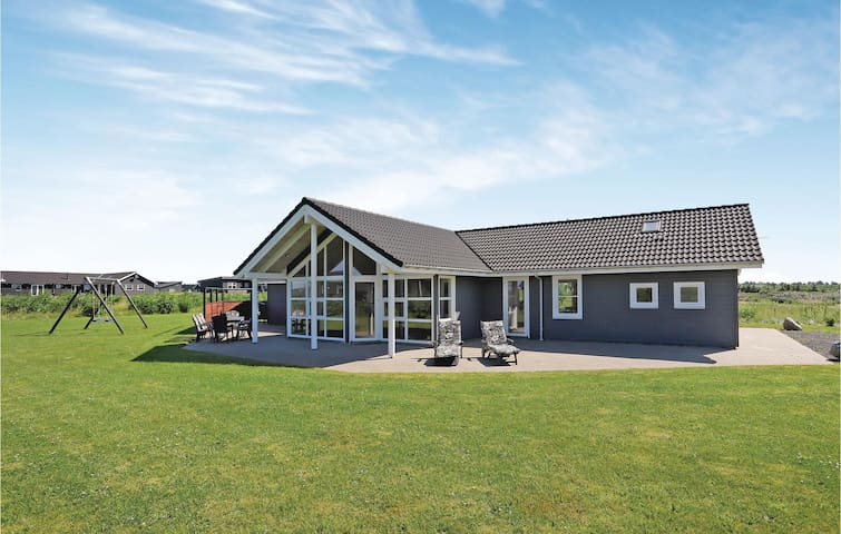 Holiday cottage with 4 bedrooms on 138m² in Løkken