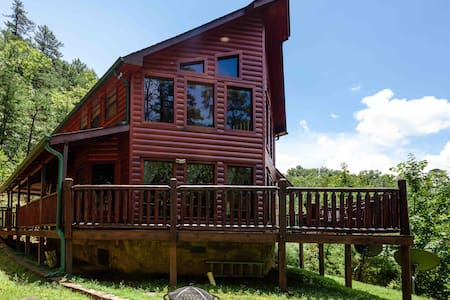 Luxury cabin with private trails 2BR 2BTH HOT TUB