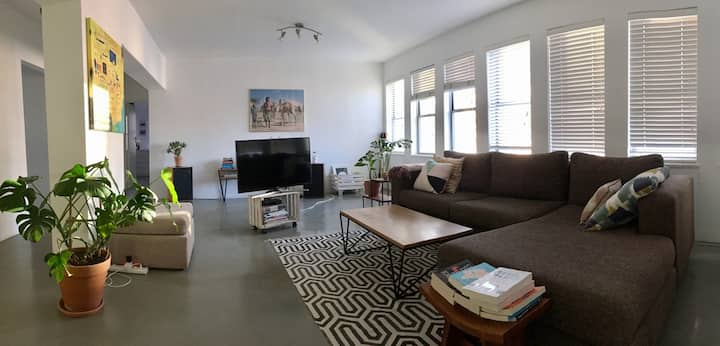 Modern, super spacious, open-plan city apartment