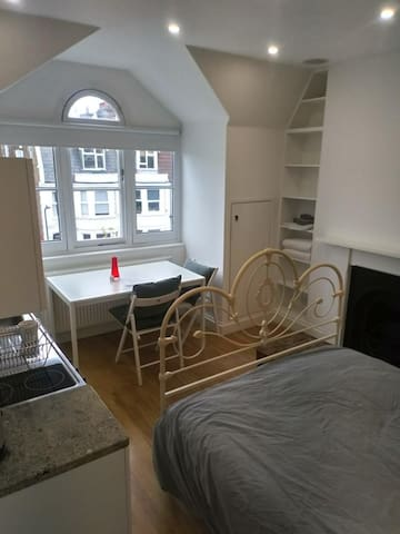 Studio apartment with bathroom 20 mins to West End