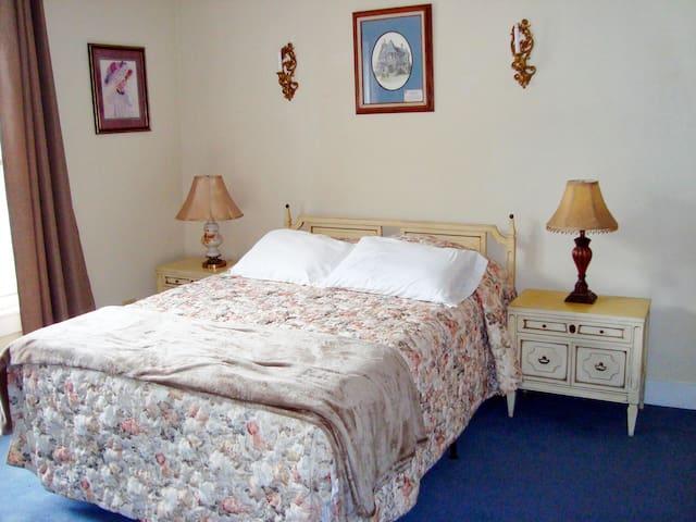 The Brosnan Room / 2nd Floor / Queen Bed