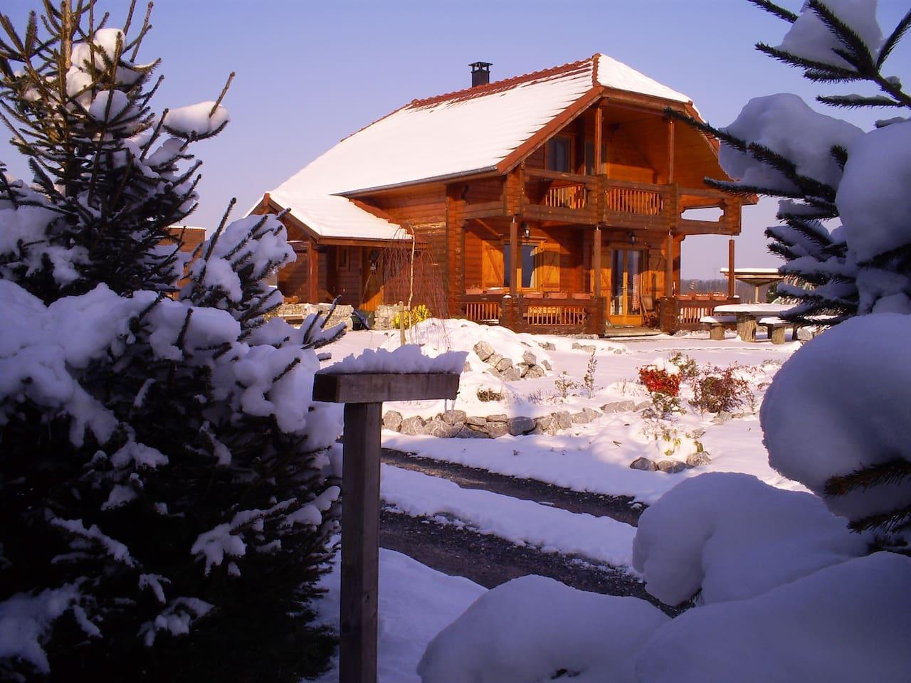 Façade chalet sous la neige