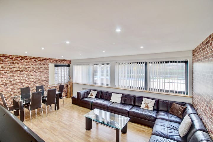 Spacious city centre apartment with free parking