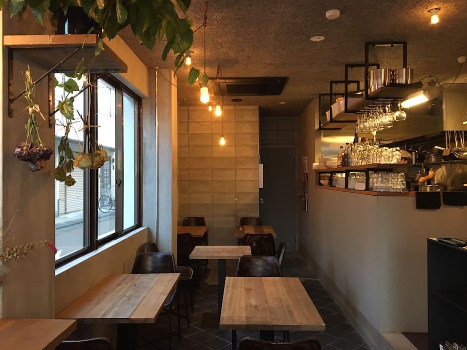 Restaurant on the first floor  一階のレストランの様子