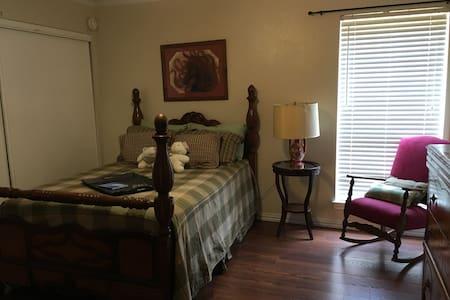 Room in beautiful East Dallas home - Dallas
