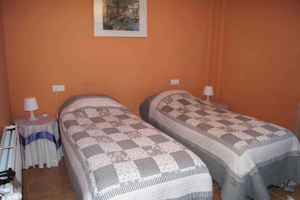 Slaapkamer 2 met 2 een persoonsbedden.