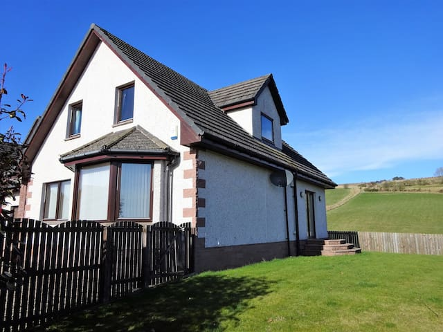 Stunning, Spacious House With Views - Alyth