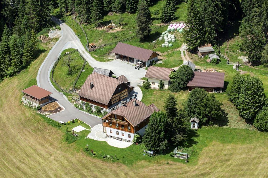 Luftaufnahme vom Törzingerhof im Biosphärenpark Salzburger Lungau