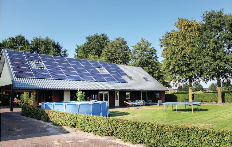 Holiday cottage with 4 bedrooms on 140m² in Boekel