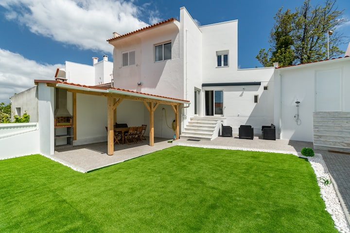 Modern 4 Bedroom Holiday Cottage 6km from beach