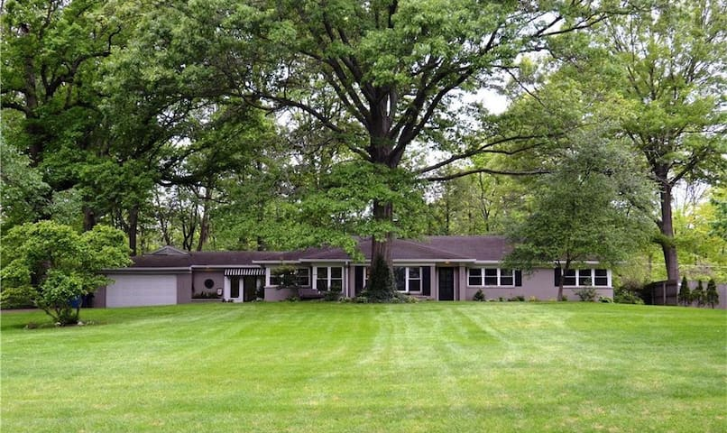 Beautiful Spacious 4 Bedroom Home, Relax in Indy!