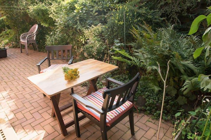 Eine lauschige Sitzecke im Hinterhof (mit Elektrogrill)