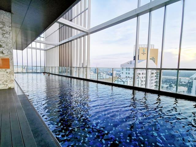【 网红民宿】日式风格小兔之家@曼谷CBD富人区|空中无边际50米泳池|600米到BTS轻轨