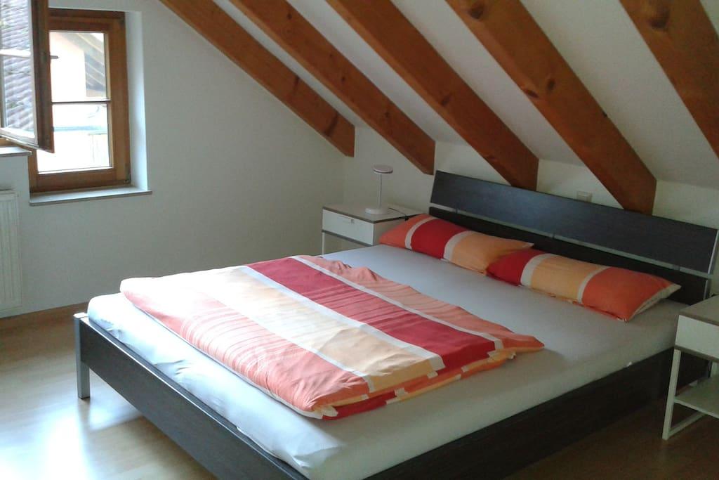 1. Schlafzimmer mit Doppelbett und Kleiderschrank