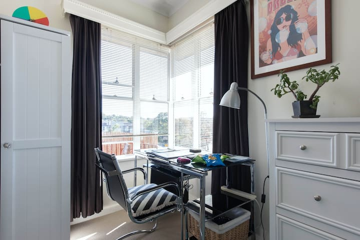 Cosy room in sunny house near Manly