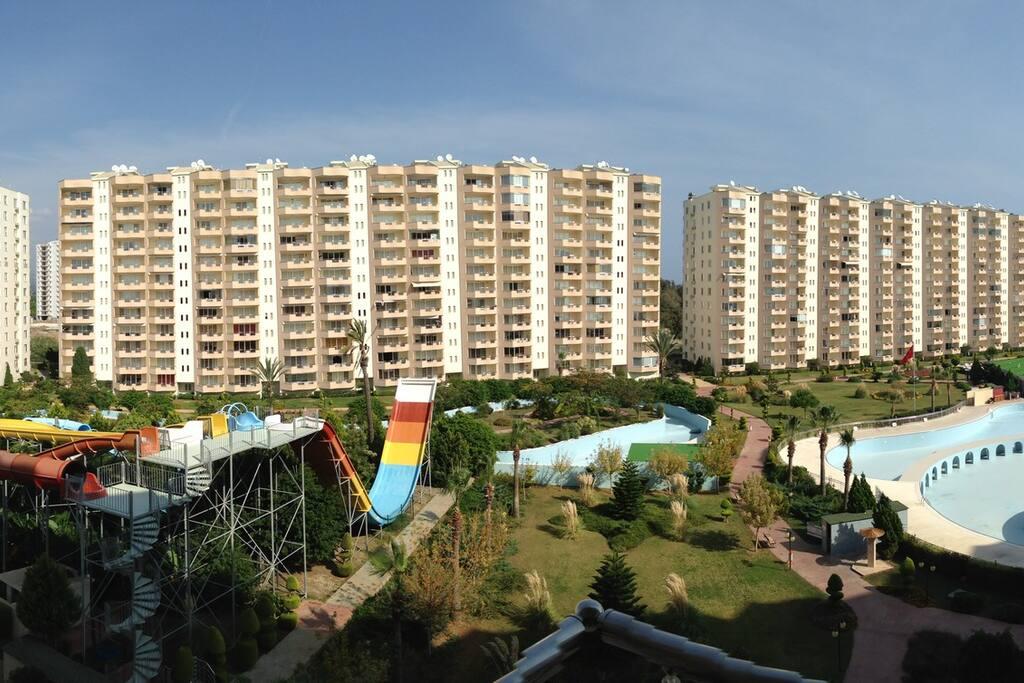 Overzicht vanaf het eigen balkon over het complex