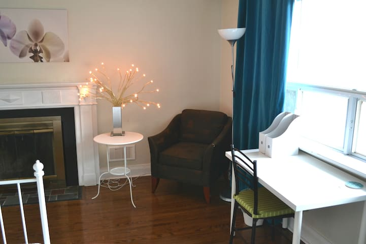 Private Bedroom 5 min. from Sheppard Subway (40-A) - Toronto - Huis