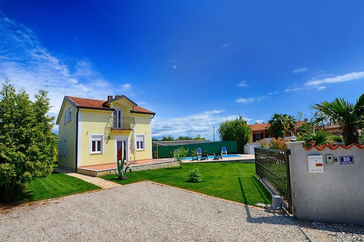 Adorable holiday home with private pool and covered terrace !