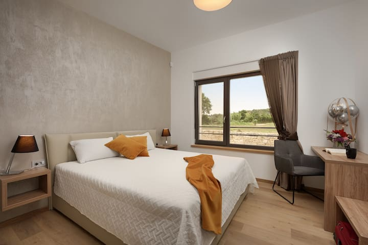 SOBA 1 = bračni krevet 180x200,  sat. TV, kupatilo, klima, podno grijanje