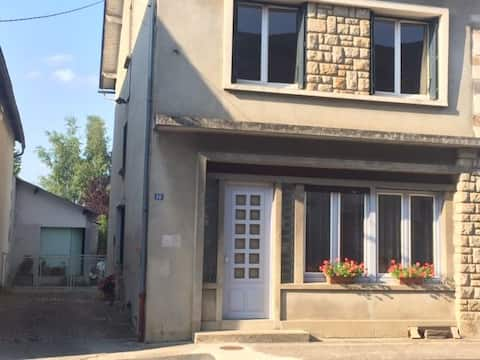 Chambres avec jardin arboré, cour et garage