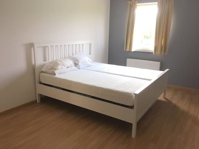 Excellently clean room in a spacious house
