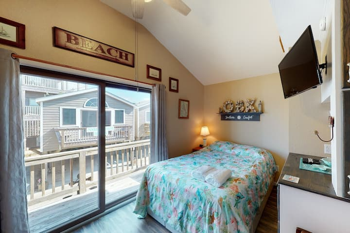 Beautiful Condo w/ Central AC, Ocean View, Shared Pool, & Free WiFi!
