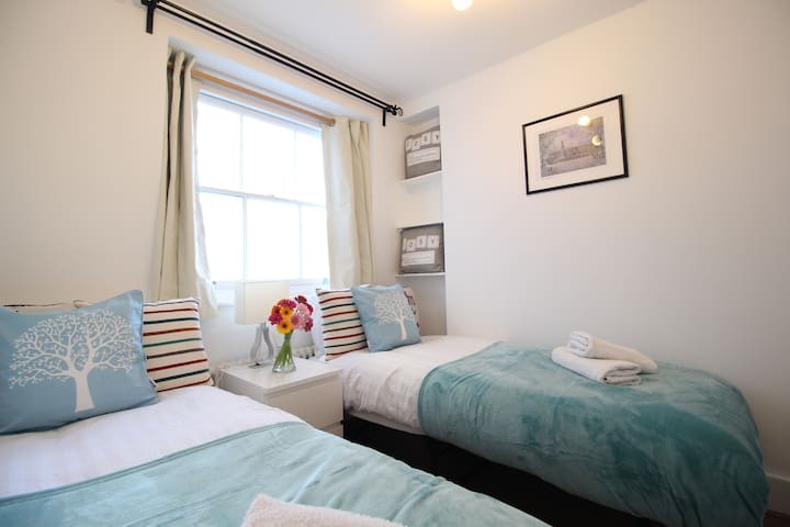 2 minutes Victoria Station Lovely Twin Room