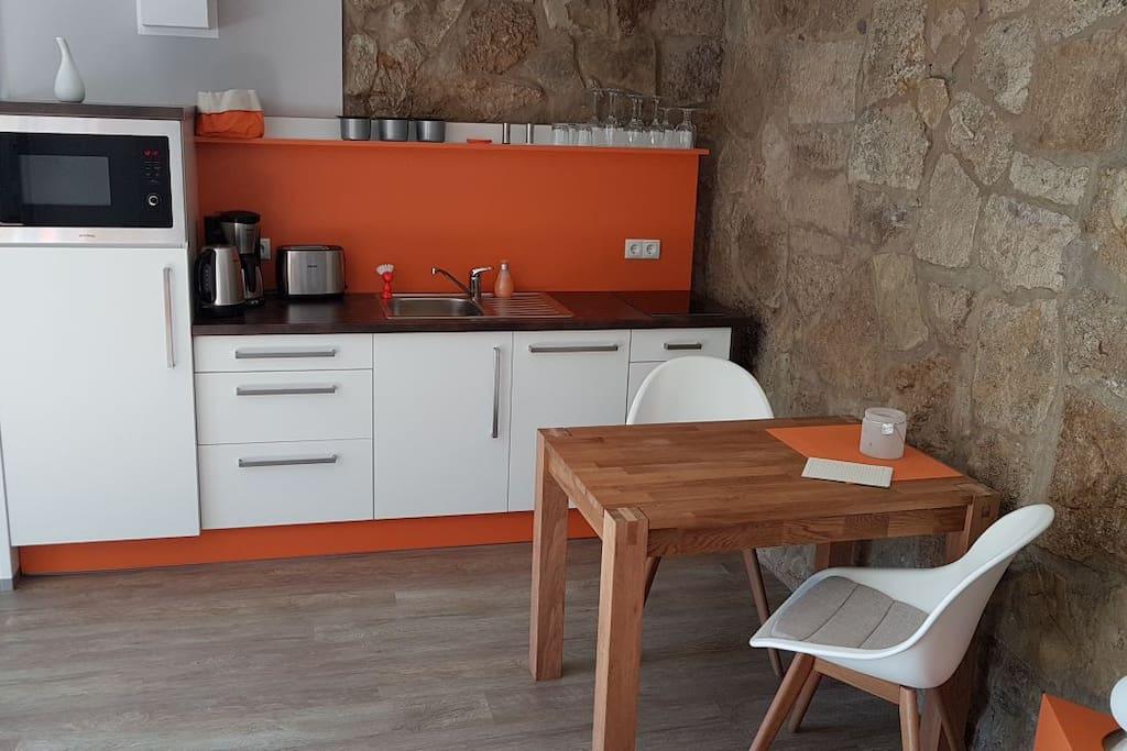 Tisch mit Küchenzeile