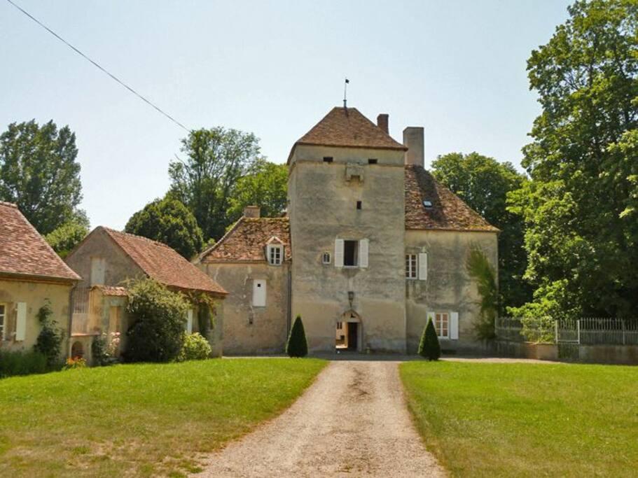 Château de Vesset cour d'arrivée