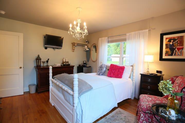 C Street Cottage - Anna's Room