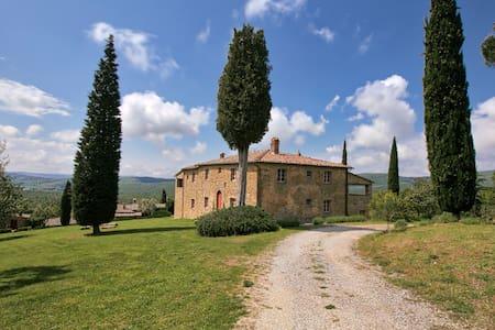 Majestic Farmhouse in Lucignano with Swimming Pool