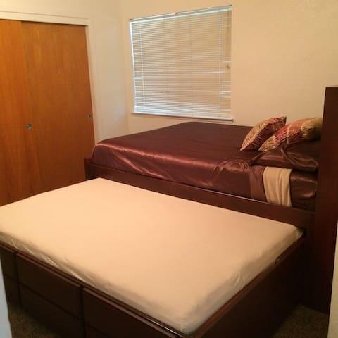 Bedroom w queen & full trundle