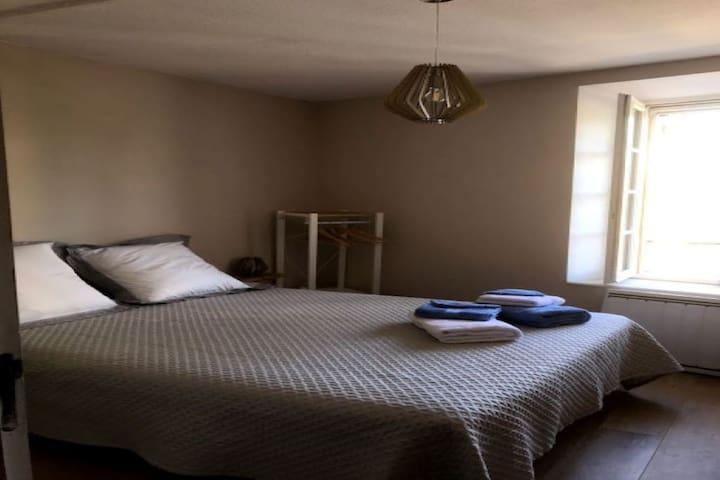 Une super literie avec un lit en 160 pour faire de beaux rêves, des draps en lin ou en coton Égyptien.... une pure douceur