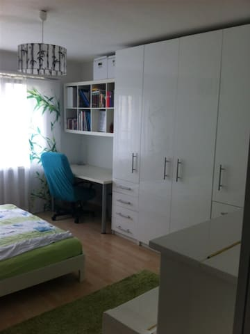 Cozy white decorated room available - Arbon