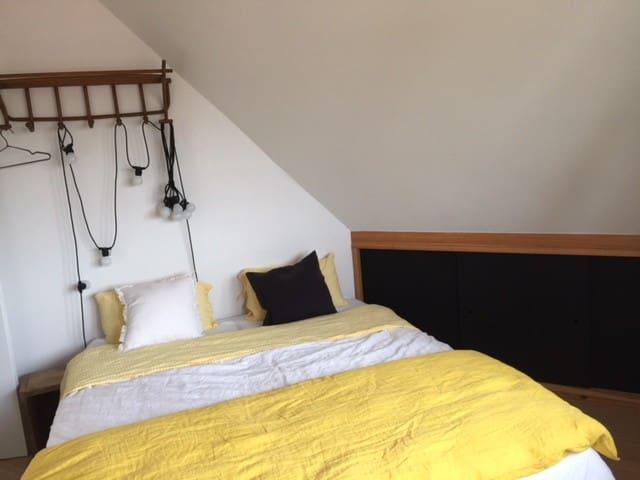 Chambre 1 : La Chambre coté village. Lit de 160 séparable en 2x80
