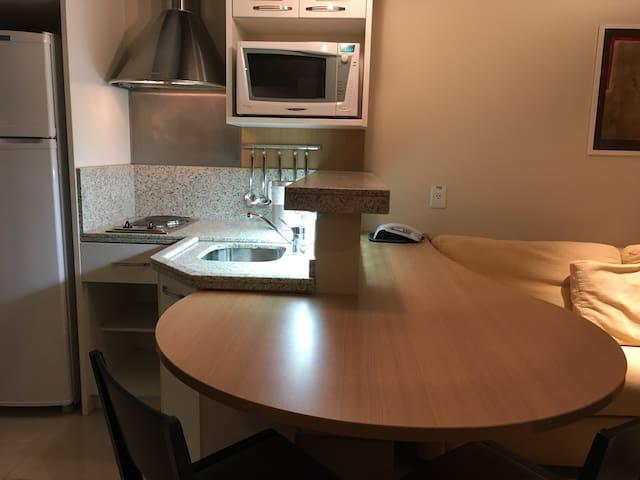 Mesa para refeições e bancada de trabalho/estudo