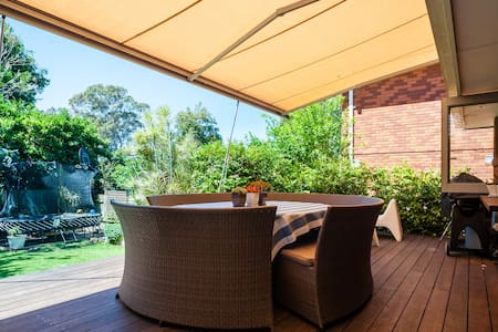 Family Home with Outdoor Deck and Trampoline - Curl Curl - Dům