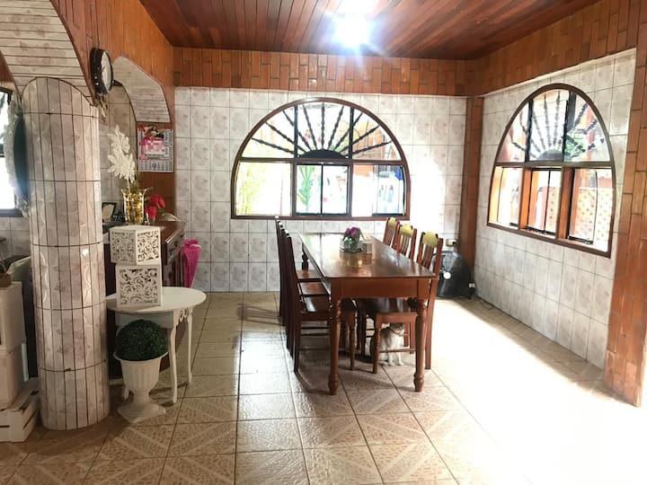 Habitación c/ ventilador- cerca a 2 centros comer