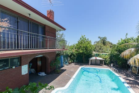 Home with character - Willetton - Bed & Breakfast
