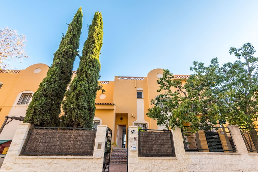 Dos Cipreses Apartment is situated in one of the most beautiful and quiet residential areas of Malaga