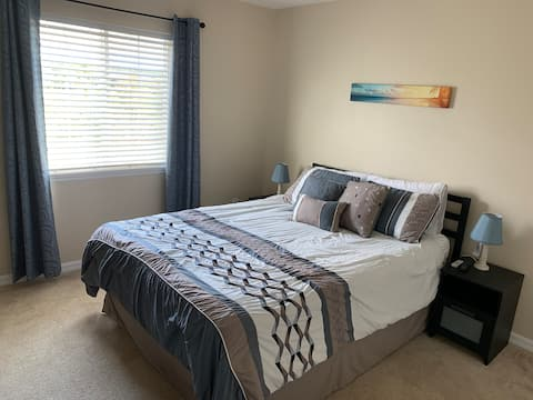 Cozy room and private bathroom near Disney