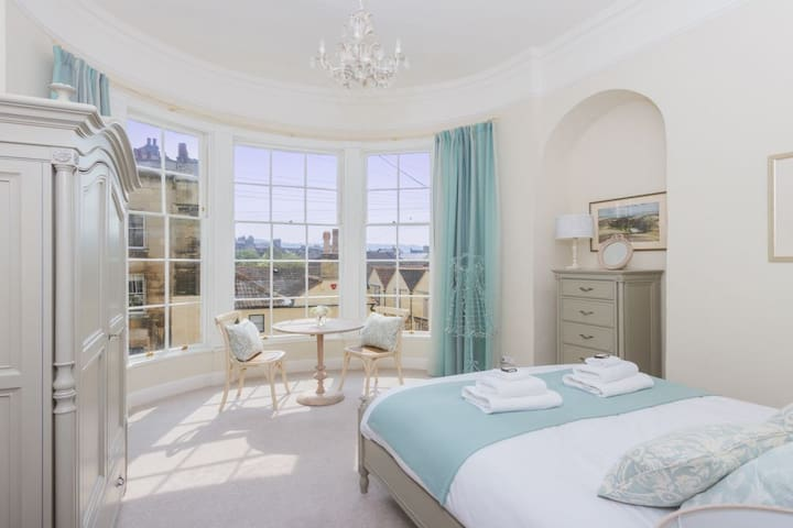 The Oriel.  2 bedroom Georgian property in one of Bath's most iconic central neighbourhoods. Free parking permit for 1 car