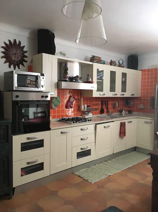 Cucina con forno elettrico, lavastoviglie, forno a microonde, frigorifero