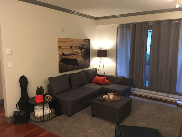 Modern Condo - Close to Amenities & UVIC