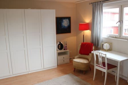 A bedroom with your own bathroom - Täby - Haus