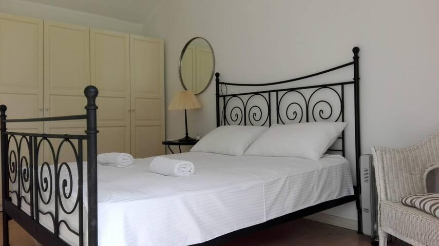 Вторая спальная с выходом на верхнюю террасу с детской кроваткой