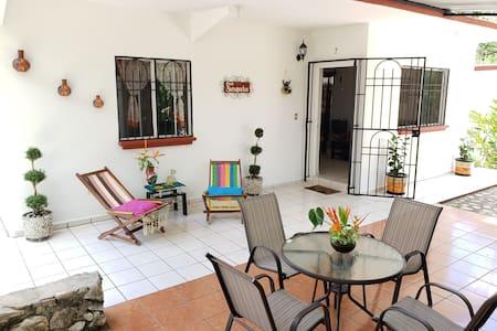 Casa Saraguatos, muy cerca de la Zona Arqueológica